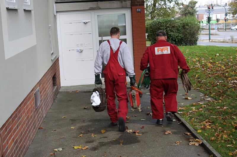 Mitarbeiter der Firma Hannecke für Gelsenkirchen bei der Arbeit Rohrreinigung und Notdienst Einsatz 24 Stunden